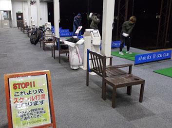 ゴルフをしている先生と生徒